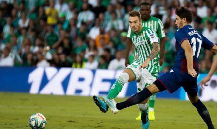 Loren Morón en un partido de la Liga Santander contra el Levante en el Estadio Benito Villamarín | Fuente: Real Betis Balompié