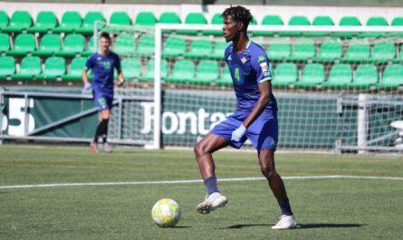 Paul Akouokou, canterano del Betis, en un entrenamiento en la Ciudad Deportiva Luis del Sol | Fuente: Real Betis Cantera