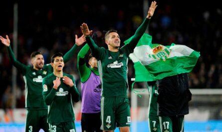 Los jugadores del Betis celebran la victoria por 3-5 ante el Sevilla en el estadio Sánchez Pizjuán este sábado 6 de enero de 2018. (CRISTINA QUICLER / AFP/Getty Images)